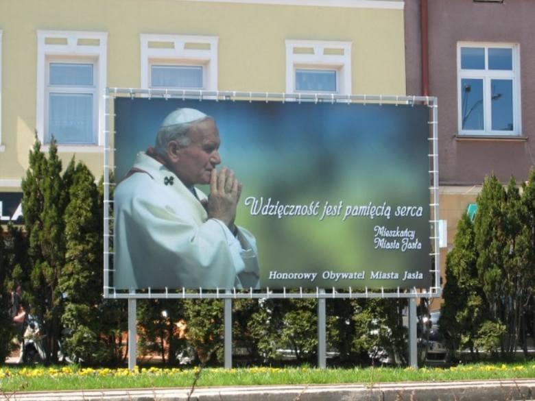 Na skwerku zieleni w rynku postawiono bilbord z wizerunkiem Ojca Świętego Jana Pawła II