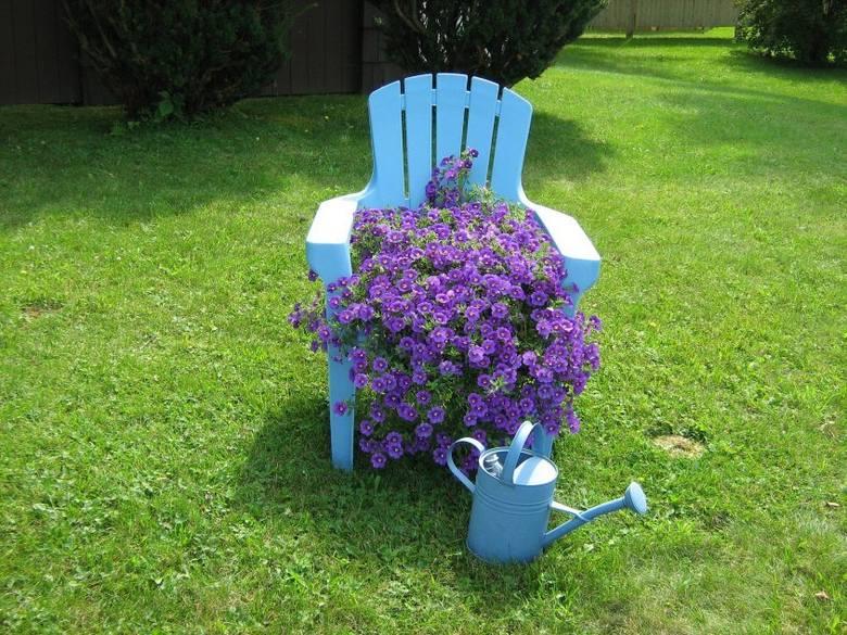 Dekoracja ogrodu - kwietnik z krzesła