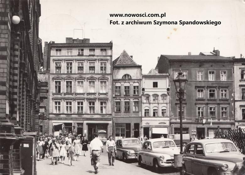 Po wojnie ulokowała się tu restauracja Ratuszowa, zaś w piwnicy pan Poznański robił słynne lody cassate