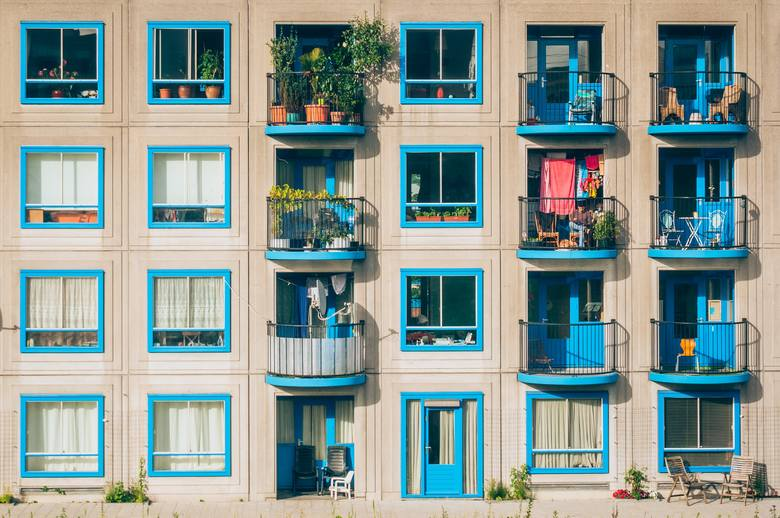Doniczki, skrzynki, grządki, owoce, warzywa i zioła – wszystko to możesz zmieścić na balkonie w miejskiej dżungli. Przygotowując swój balkon na ciepły