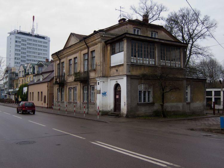 O potrzebie ochrony okazałej kamienicy na Bojarach mówiło się od lat. Na początku XX wieku mieszkała tu rodzina Zbirohowskich-Kościów. Jeszcze niedawno