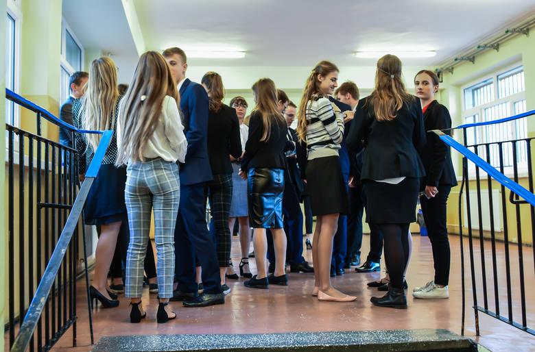 Maturzyści z Bydgoszczy już po pierwszym egzaminie maturalnym. Język polski na poziomie podstawowym – to z tym przedmiotem zmagali się w poniedziałek