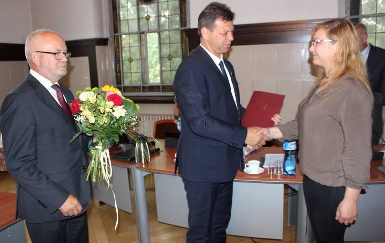 Zofia i Andrzej Jurczokowie przyjmują podziękowania na sesji rady powiatu w Oleśnie.