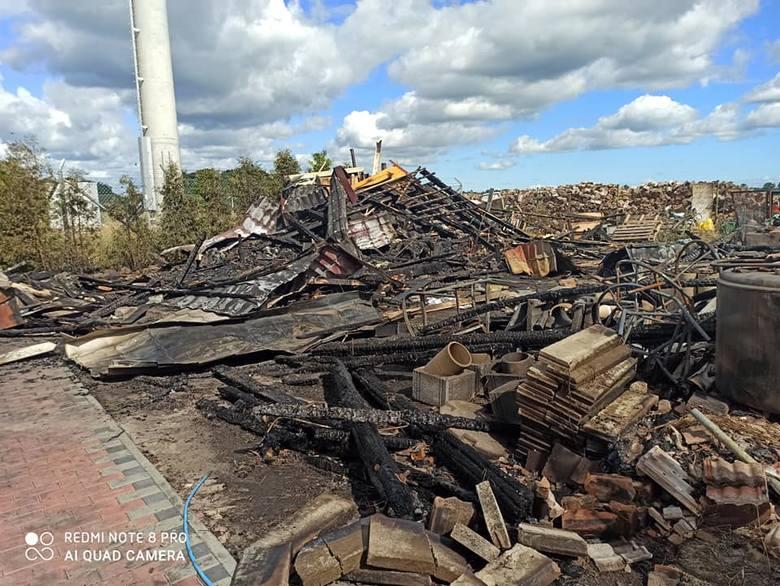 Krajobraz po wielkim pożarze w Rzędzinach. Pogorzelcy sprzątają i potrzebują wsparcia