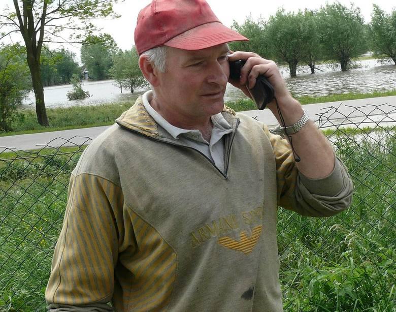 Henryk Polak z Czarzyzny w gminie Łubnice gospodaruje na 45 hektarach ziemi i zajmuje się hodowlą około 500 sztuk świń. W ubiegły wtorek jego pola zalała