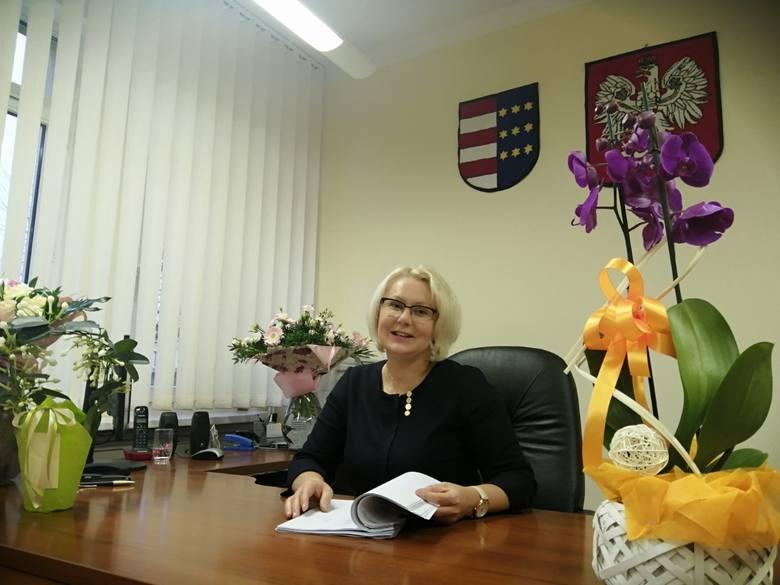Nowa burmistrz Zawichostu  to niewysoka blondynka,  której  uśmiech nie schodzi z twarzy. Kolorowe i dobrze skrojone sukienki podkreślają jej kobiecość.