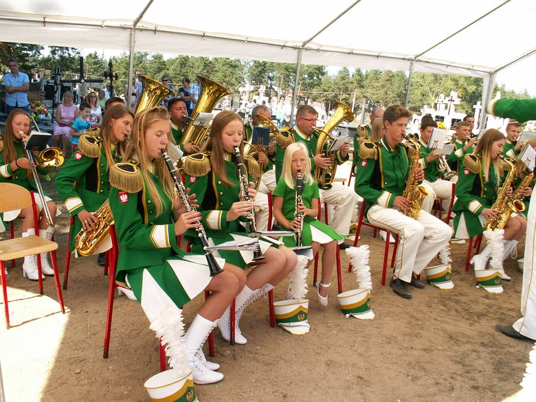Grała Miejska Młodzieżowa Orkiestra Dęta z Chorzel.