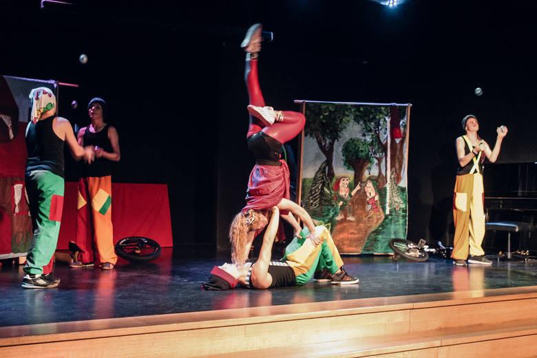 Ale puszki to nie wszystko. Bardzo ważnymi punktami Miesiąca Dobroczynności są wydarzenia kulturalne i rozrywkowe. W środę pierwszym akordem Miesiąca Dobroczynności był wyjątkowy występ. Grupa Cyrkplozja z Salezjańskiego Ośrodka Wychowawczego, w sali Młodzieżowego Domu Kultury wypełnionej dziećmi...