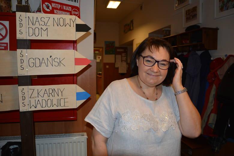 Skawina. Kasia marzy o wyjeździe do Włoch, jej imienniczka cieszy się z przyjaźni z nią, a Andrzej chciałby samodzielnie móc tańczyć