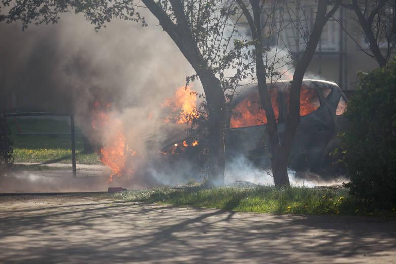W sobotę (9 maja) spłonął samochód osobowy zaparkowany przy ulicy Dunikowskiego w Słupsku. Z pożarem auta sprawnie poradzili sobie słupscy strażacy,