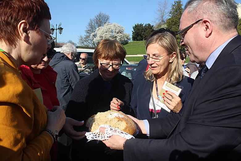 Dbają o polskie tradycje, a w Wielką Sobotę w koszyczku święcą banany oraz... pierogi