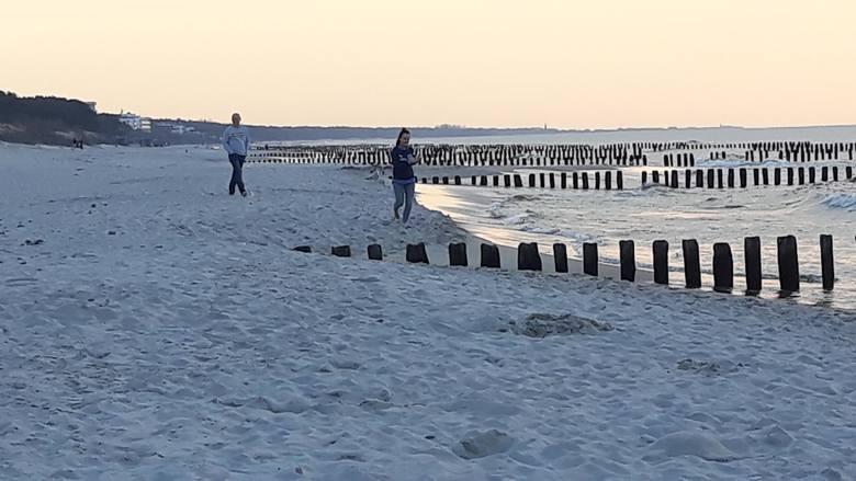 Pogoda zachęca do spacerów. Nad morzem jest sporo amatorów wieczornych pieszych wędrówek. Zobaczcie zdjęcia.