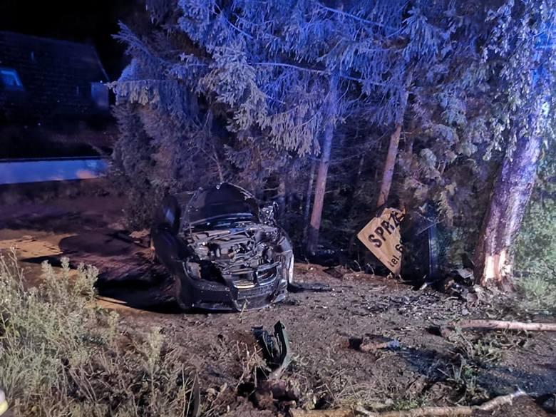 Miłki. Nocny wypadek. BMW wypadło z drogi i uderzyło w drzewo (zdjęcia)