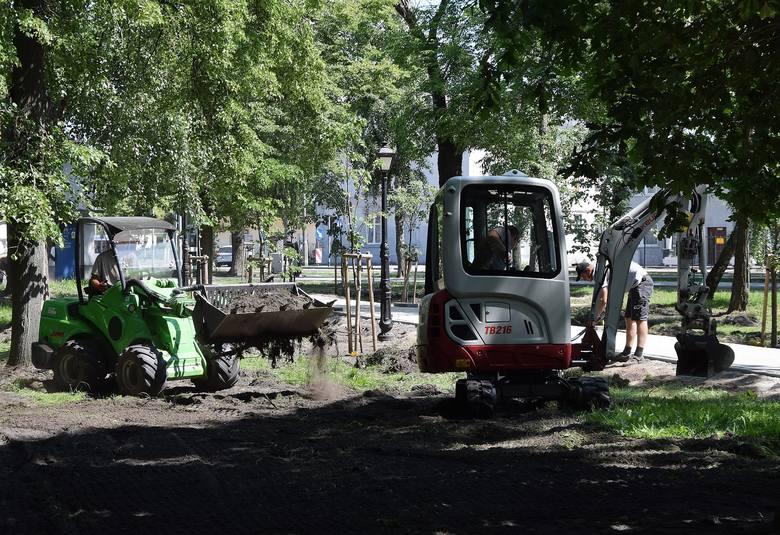 Trwają prace na terenie skweru u zbiegu ulic Poznańskiej i Fabrycznej w inowrocławskich Mątwach. Powstają tam nowe alejki. Niebawem staną tam także nowe