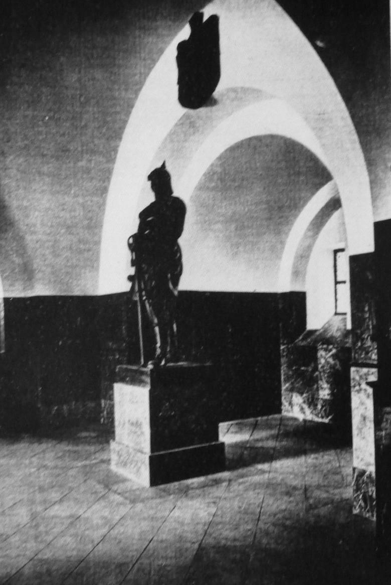 Na parterze, w hallu wieży stał pomnik kanclerza Otto Bismarcka. Jego autorem był  Reicht-Elsner