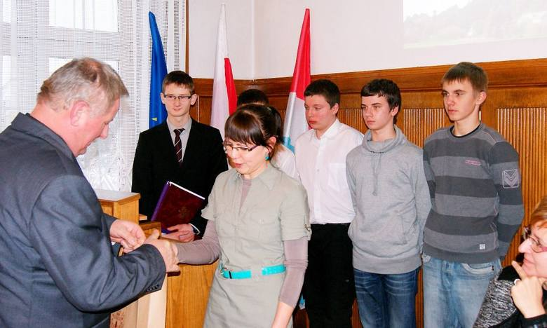 Koncepcję transportu publicznego Aneta Skwirowska i uczniowie przekazali burmistrzowi.