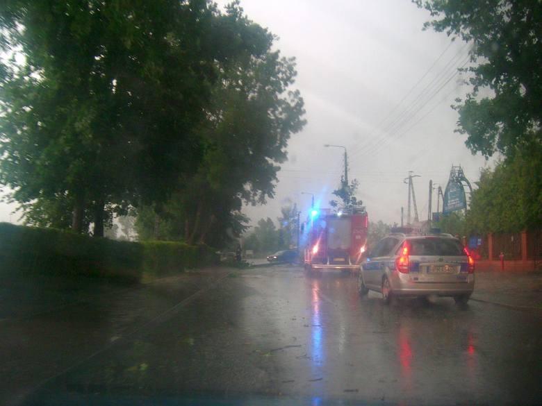 W powiecie wysokomazowieckim burza uszkodziła trzy dachy. W miejscowości Wojny-Szuby nawałnica zerwała dach garażu i stodoły, a w m. Zaręby-Skórki 1/3