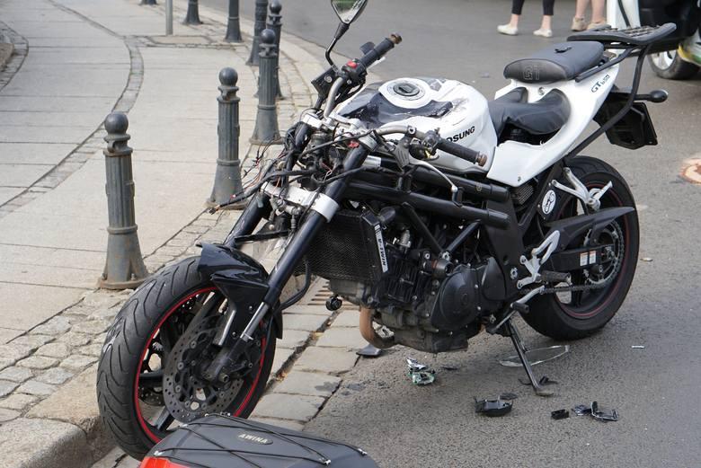 Vozilla zderzyła się z motocyklem - wypadek w centrum Wrocławia. Motocyklista w ciężkim stanie trafił do szpitala