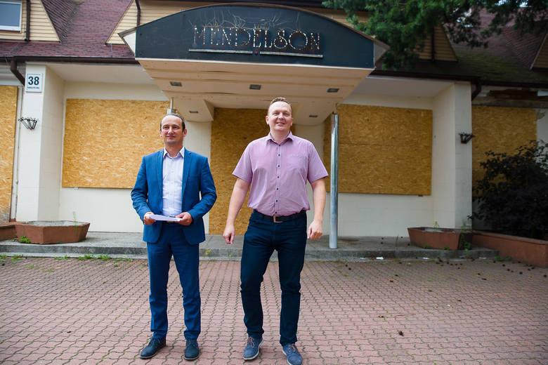 Radni PO Maciej Biernacki (na zdjęciu pierwszy z lewej) oraz Tomasz Janczyło uważają, że budynek przy Kawaleryjskiej 38 warto zmienić na żłobek lub placówkę żłobkowo-przedszkolną