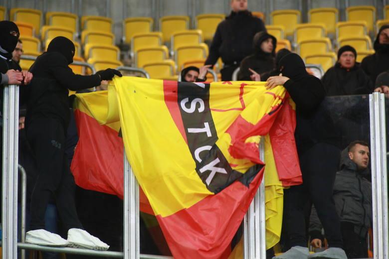 Jagiellonia - Legia 1:1. Kibice Legii Warszawa zdemolowali łazienki i spalili flagę Jagiellonii