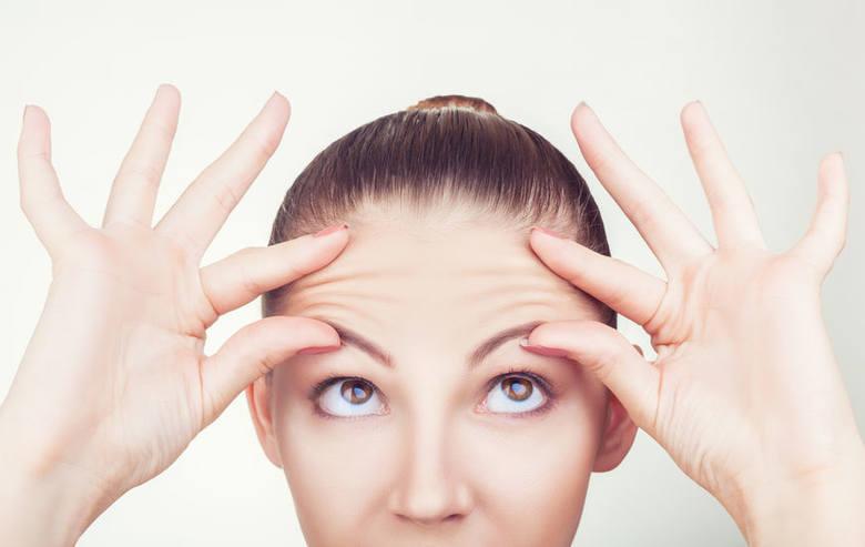 Przed rozpoczęciem masażu twarzy kamiennym rollerem, należy umieścić go na kilka minut w lodówce (chłód kamienia pomoże skuteczniej zamknąć pory i zmniejszyć
