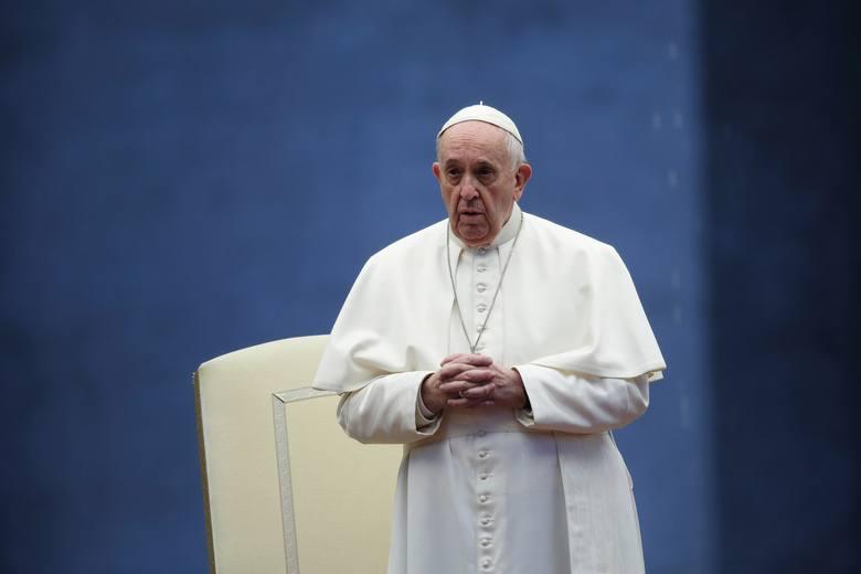 """Papież Franciszek poparł związki partnerskie osób tej samej płci. """"Osoby homoseksualne mają prawo należeć do rodziny"""""""