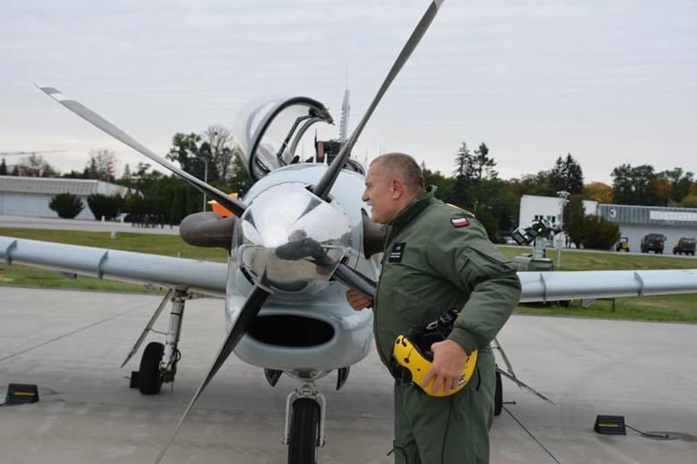 Po ponad 40 latach służby i ponad 5427 godzinach spędzonych w powietrzu podpułkownik pilot Arkadiusz Leśniewski w asyście dowódcy Grupy Działań Lotniczych