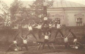 ięciopoziomowa figura gimnastyczna złoczowskich sokołów na boisku Sokoła, 24 października 1932 roku.