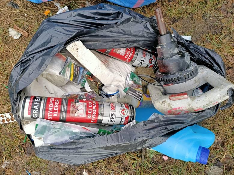 Jasienna. Ktoś podrzucił 40 worków z odpadami budowlanymi. Wójt prosi o pomoc w ustaleniu sprawcy [ZDJĘCIA]