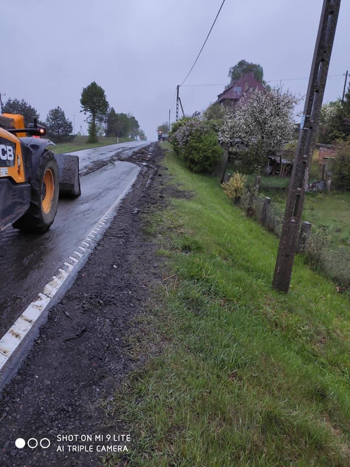 Około trzech godzin zajęło strażakom z Człuchowa, Polnicy, Debrzna, Mosin oraz zarządcy drogi, usuwanie …obornika, który znalazł się na trasie Jęczniki
