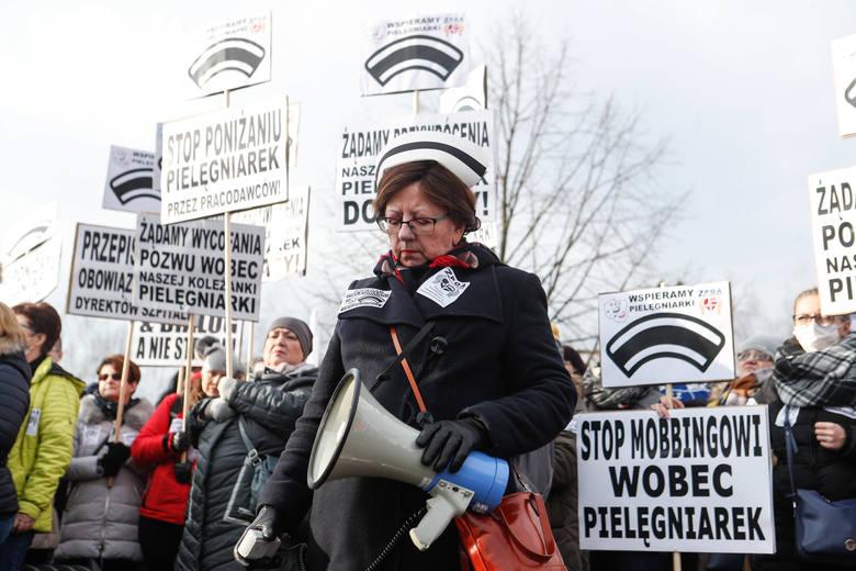 Około dwa tysiące osób bierze udział w manifestacji, jaka dziś odbywa się w Rzeszowie.O godz. 11, przed szpitalem przy ul. Lwowskiej w Rzeszowie, zebrały