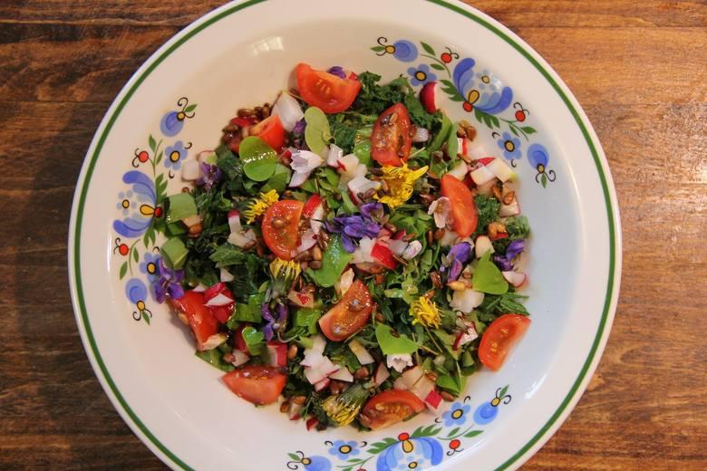 """Wiele """"chwastów"""" i pospolitych dzikich roślin jest jadalnych i smacznych. Można nimi urozmaicić różne dania. Zobacz, co i jak wykorzystać"""