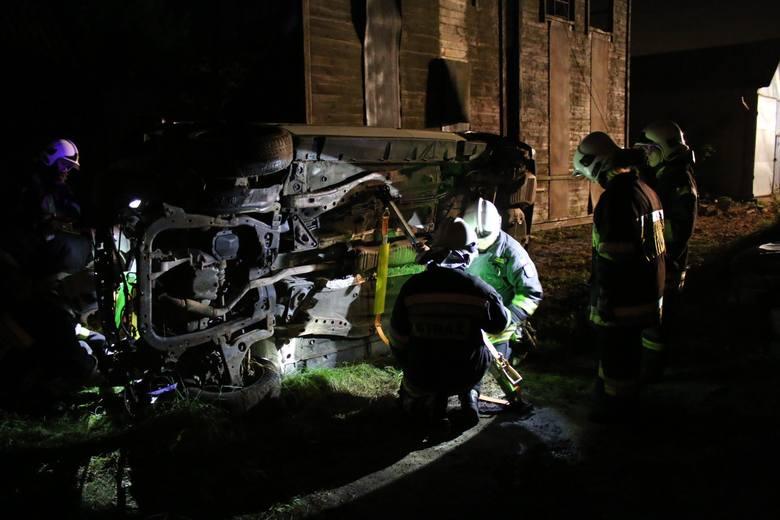 W miniony piątek odbyły się ćwiczenia straży pożarnej. Strażacy doskonalili się w ustabilizowaniu samochodu z zastosowaniem podpór ratowniczych ze zwijaczem.