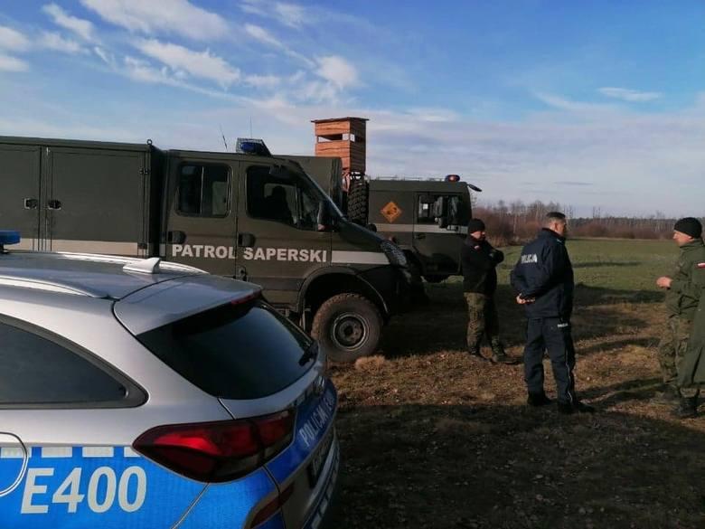 Niewypał od chwili znalezienia zabezpieczali żarscy policjanci.