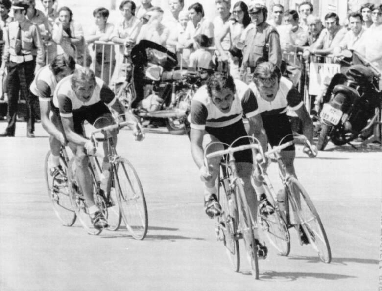 Barcelona 1973 r. Mistrzostwa świata w kolarstwie szosowym. Złoty medal w drużynowej jeździe na czas. Od lewej: Lucjan Lis, Tadeusz Mytnik, Ryszard Szurkowski,