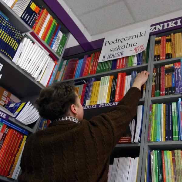 Księgarnie udzielają rabatów na podręczniki, ale wielu rodziców i tak nie stać na ich kupienie.