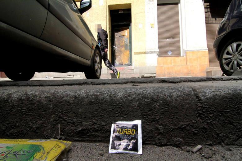 Nawet milion złotych miesięcznie wydają wrocławianie na dopalacze, sprzedawane przez jedną z dwóch gangsterskich ekip, zaopatrujących miasto w śmiertelnie