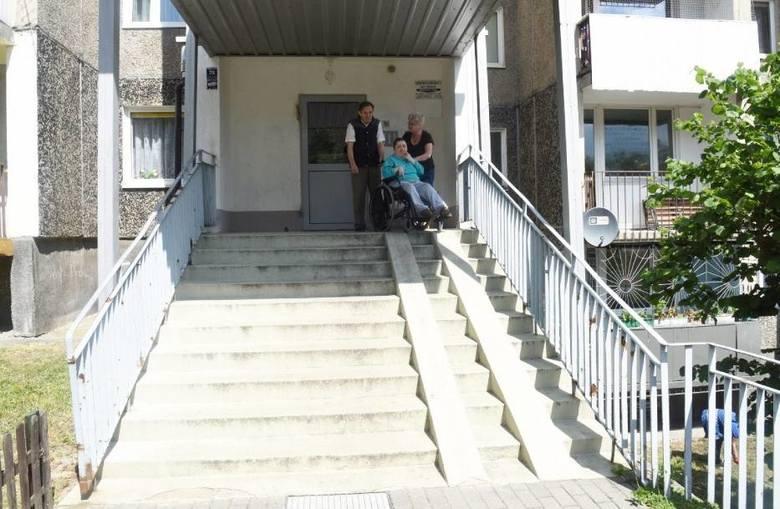 Po takich schodach rodzice pani Kamili muszą ją znosić razem z wózkiem. Nie dają już rady, bo z wiekiem opuściły ich siły.... Pomóżmy im w budowie podjazdu