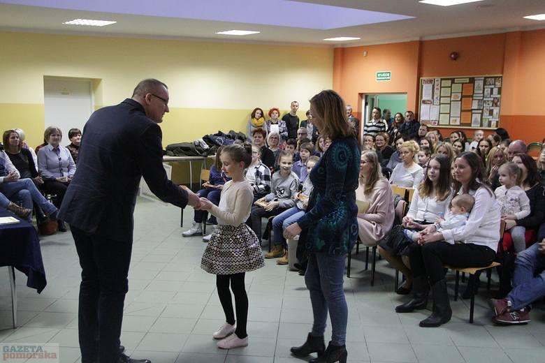 W Zespole Szkół nr 8 na Zawiślu we Włocławku podsumowano pierwsze półrocze. W obecności nauczycieli dyrektor Jacek Kazanecki wręczył listy gratulacyjne