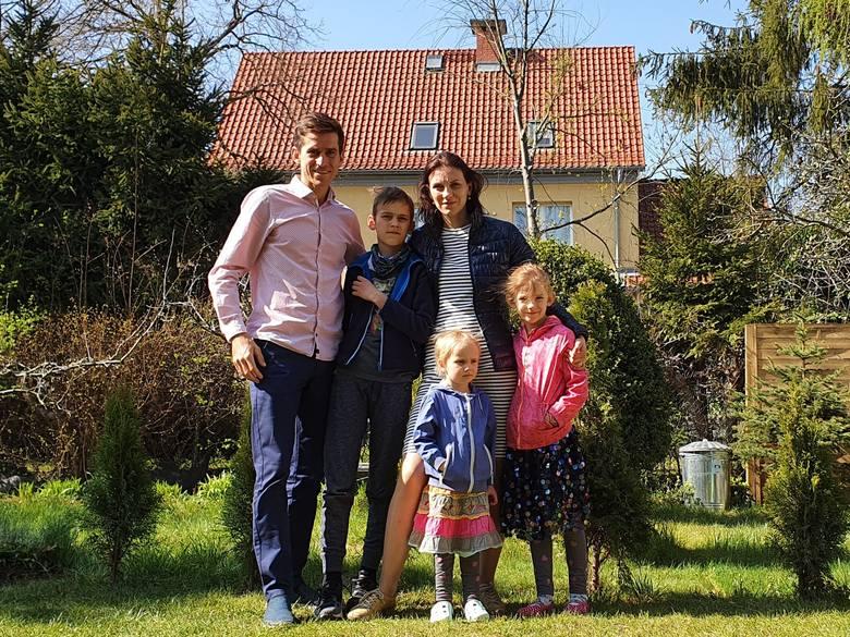 Żeglarz Piotr Myszka z żoną Zuzanną oraz dziećmi: Antonim, Nelą i Idą