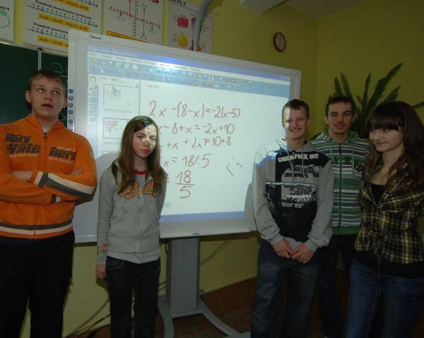 """Tablica interaktywna to jedna z pomocy kupionych na potrzeby projektu """"Omnibus"""". Na zdjęciu uczestnicy zajęć z gimnazjum nr 5."""