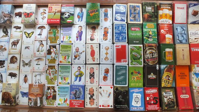"""Wystawę Marka Niemira """"Polska na kartach do gry"""" obejmującą karty przedstawiające zdjęcia miast, regionów, ciekawych zakątków świata,"""