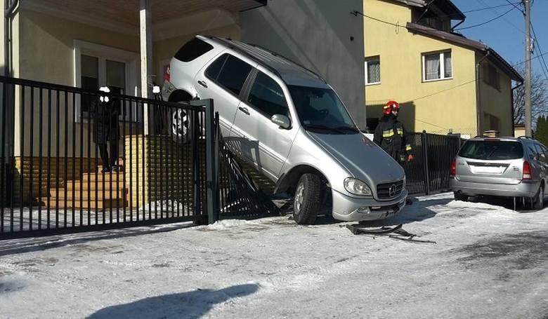 Parkowanie tyłem na ogrodzeniu przy ul. Gedymina w Białymstoku. Komuś się chyba biegi pomyliły. Więcej na: Ul. Gedymina w Białymstoku: Kierowca pomylił