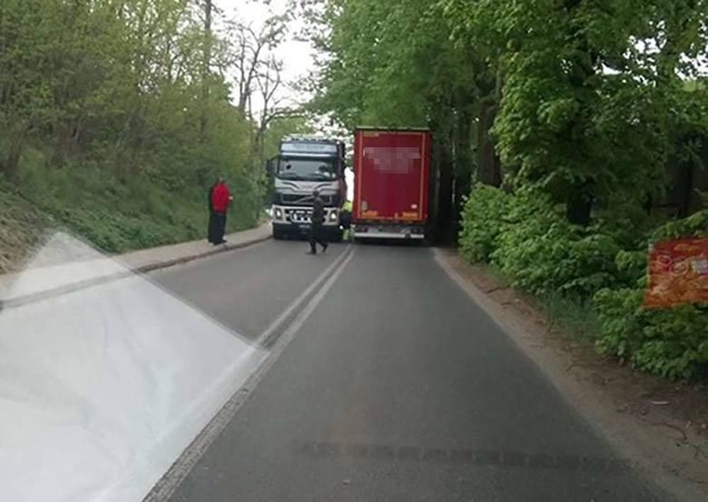 Do kolizji doszło we wtorek, 7 maja z samego rana w rejonie wiaduktu nad torami w Starym Kisielinie. Na miejsce została wezwana policja.Czytaj również: