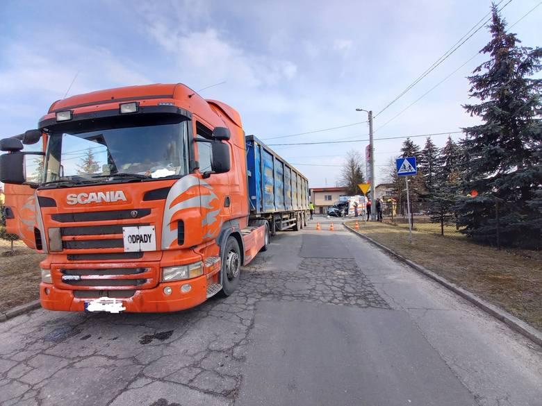 W tragicznym wypadku w Zawierciu zginął młody mężczyzna. Karetka zderzyła się z ciężarówką. Osierocił córkę.