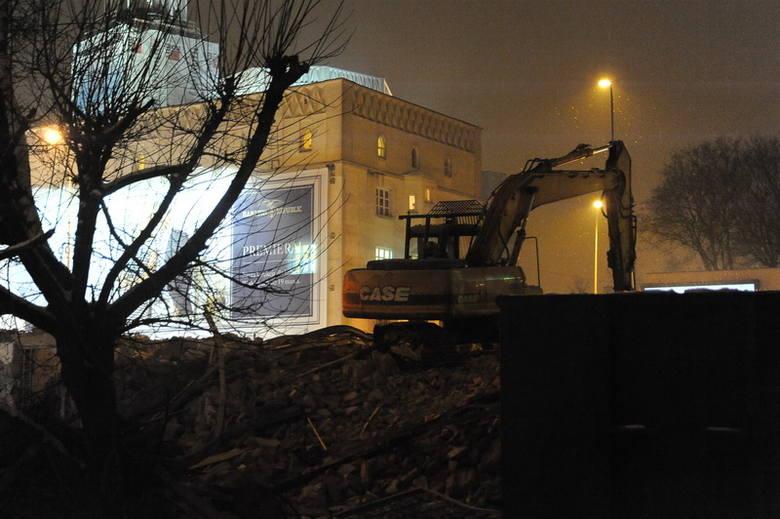 Ul. Dąbrowskiego 12. Stara kamienica znika z powierzchni (zdjęcia)