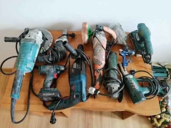 Na miejscu zdarzenia, w rozbitym aucie, policjanci  znaleźli elektronarzędzia