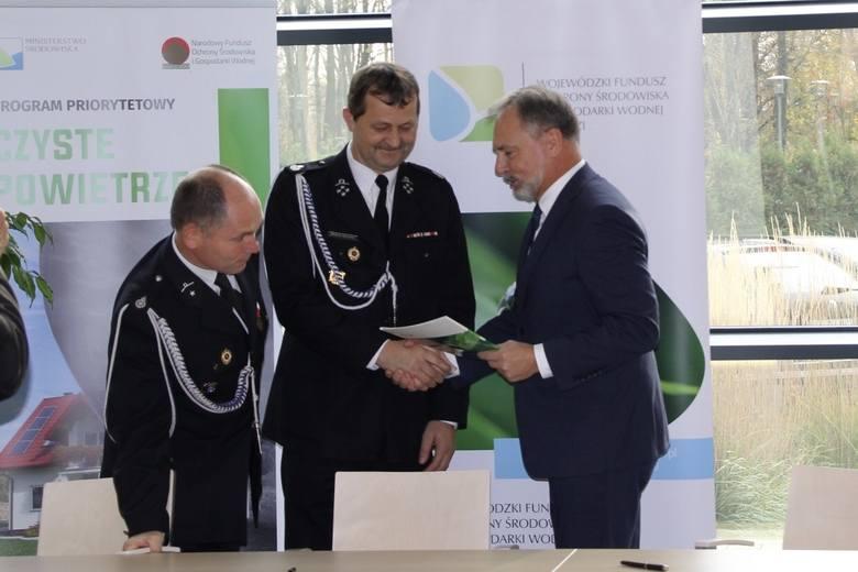 Prezes zarządu WFOŚiGW w Łodzi Wojciech Miedzianowski podpisał umowy na dofinansowanie zakupu wozów strażackich z prezesami i skarbnikami sześciu jednostek OSP z woj.łódzkiego.