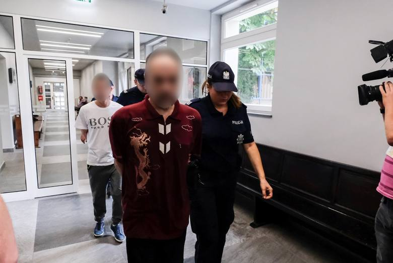 Na ławie oskarżonych usiedli ojciec dziecka, przyjaciel domu i sąsiad