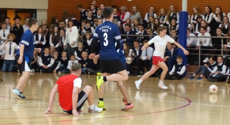 W Zespole Szkół Katolickich Diecezji Kieleckiej w Kielcach w piątek odbył się ciekawy mecz z okazji Święta Niepodległości. Uczniowie zagrali przeciwko